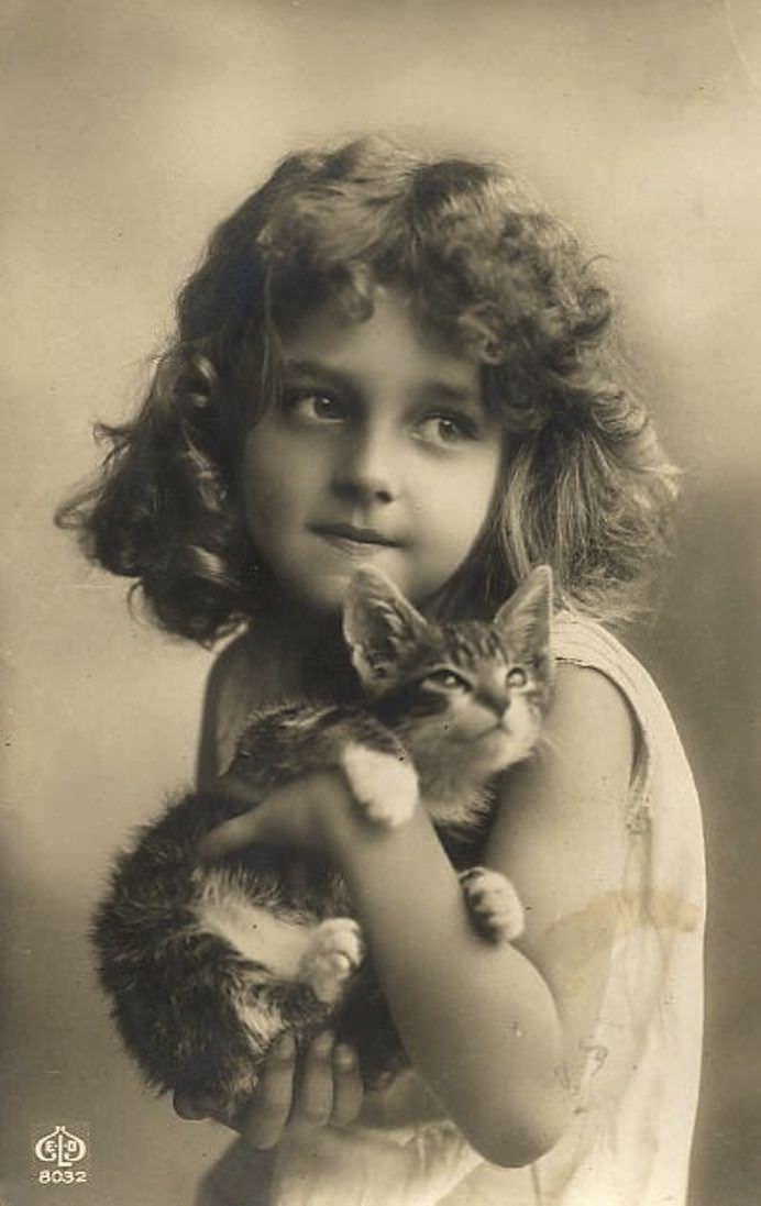 IMAGINI VECHI incantatoare cu copiii si pisicile lor!42