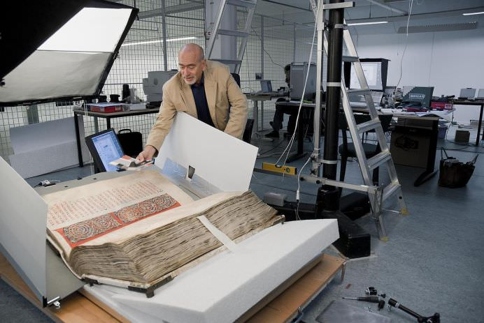 BIBLIA DIAVOLULUI contine cele mai nebanuite SECRETE ALE VIETIICantareste 70 de kg si a fost scrisa de un calugar intr-o noapte sub indrumarea lui SATAN2