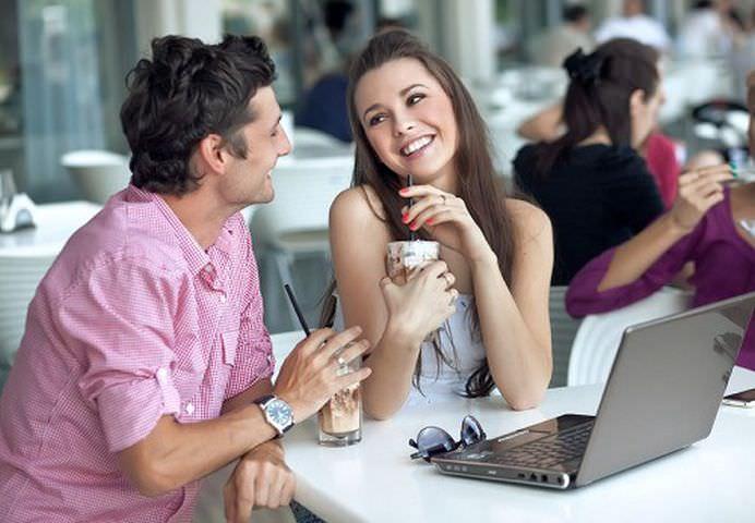 TOP 10 Semne evidente ca flirteaza cu tine!10