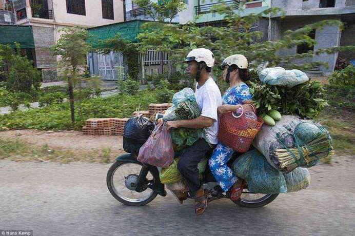 Cate lucruri crezi ca incap pe un scuter IMAGINI INEDITE care ilustreaza cate obiecte pot cara motociclistii din Vietnam! 11