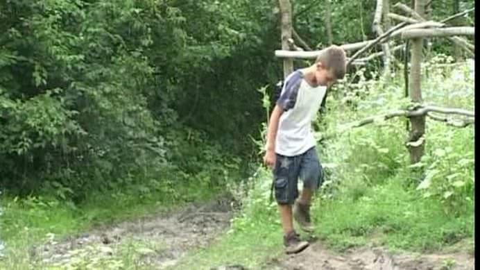 POVESTEA TRISTA a baietelului de 11 ani din ROMANIA care a trait cateva luni singur la marginea unei paduri!1