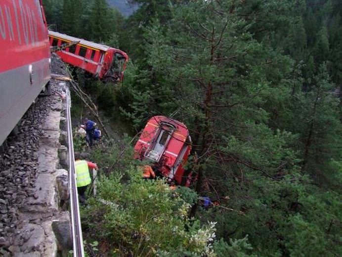 Un TREN de pasageri a deraiat in ELVETIA in urma unei alunecari de teren!
